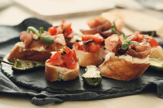 Lanches de bacon. tapas espanholas tradicionais Foto gratuita