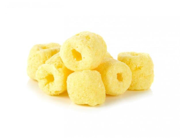 Lanches de milho crocantes em um branco Foto Premium