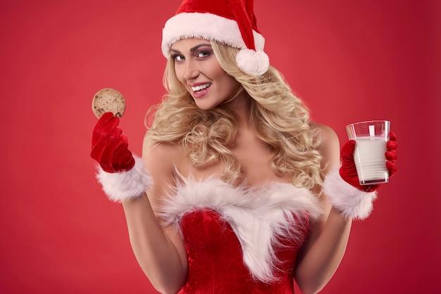 Lanches doces segurados por uma mulher atraente Foto gratuita