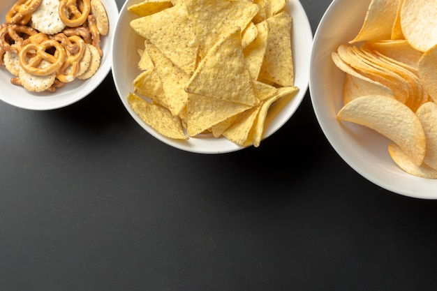Lanches salgados. pretzels, batatas fritas, biscoitos Foto Premium