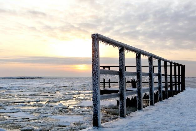 Landskape de inverno bonito com gelo Foto gratuita