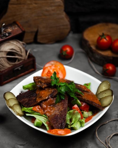 Langet com salada de legumes variedade na tigela Foto gratuita