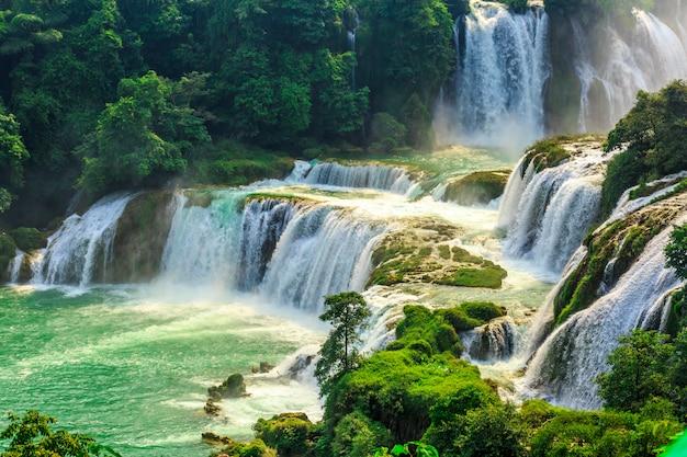 Lanscape linda com cachoeira Foto gratuita
