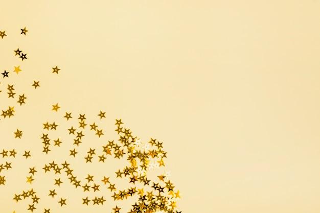 Lantejoulas estrelas douradas com espaço de cópia Foto gratuita