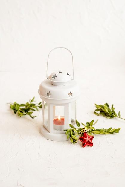 Lanterna branca decorativa de natal em um fundo claro Foto Premium