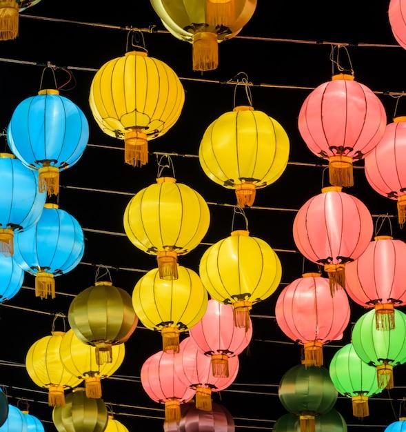 Lanterna chinesa colorida iluminada à noite Foto Premium