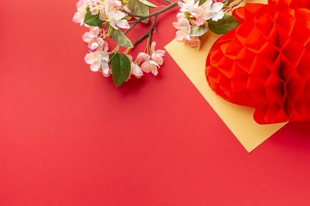 Lanterna com flor de cerejeira ano novo chinês Foto gratuita