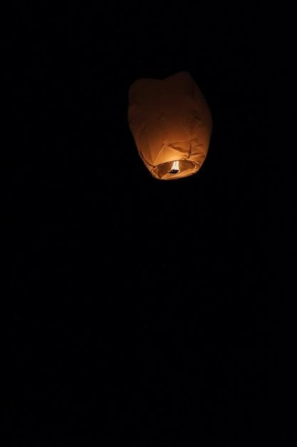 Lanterna do céu flutuando no céu noturno no festival em pingxi, o texto chinês Foto Premium