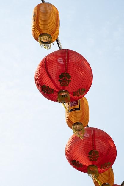 Lanterna vermelha pendurada no cabo de alimentação Foto Premium
