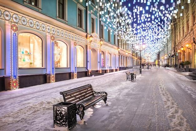 Lanternas brilhantes no céu na stoleshnikov lane em moscou e iluminação na véspera de ano novo Foto Premium