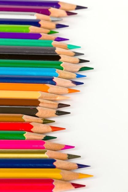 Lápis coloridos afiados na fileira Foto gratuita