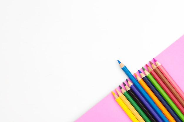 Lápis coloridos em papel parte verde sobre fundo branco com copyspace Foto Premium