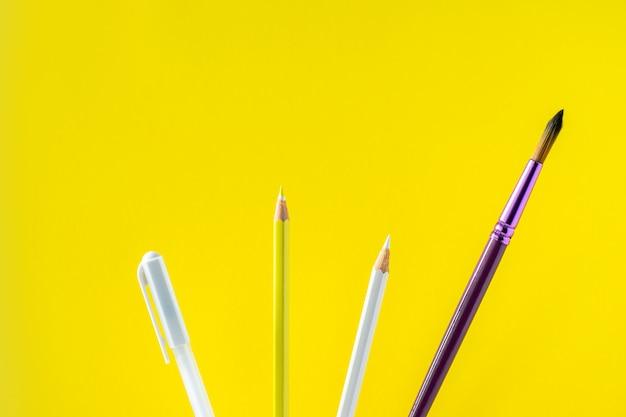 Lápis coloridos em um fundo amarelo com espaço para texto. Foto Premium