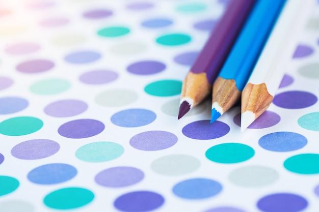 Lápis coloridos em um fundo pastel a um ponto com espaço para o texto. Foto Premium