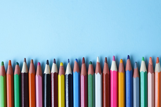 Lápis coloridos no azul, espaço da cópia. Foto Premium