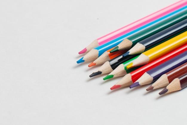 Lápis coloridos no fundo branco, para crianças de desenho Foto Premium