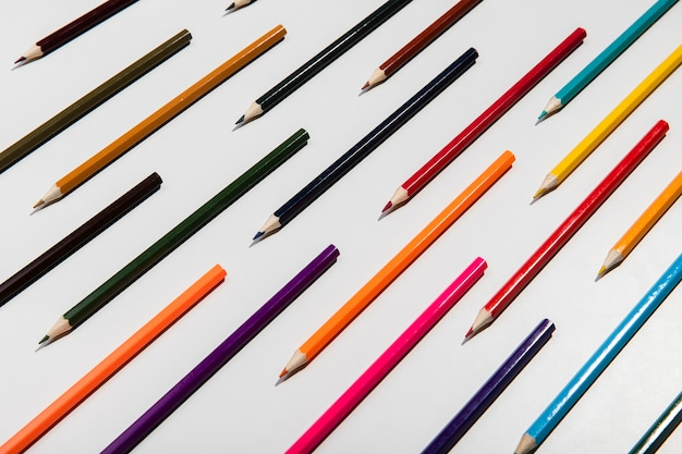 Lápis coloridos sobre fundo branco Foto gratuita