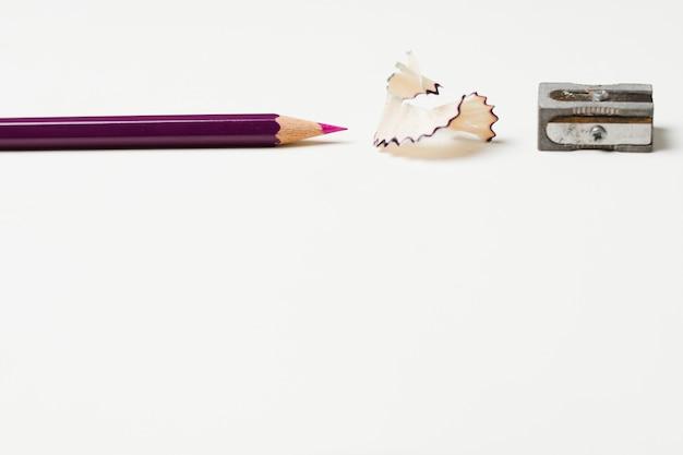 Lápis com aparas de lápis e apontador Foto gratuita