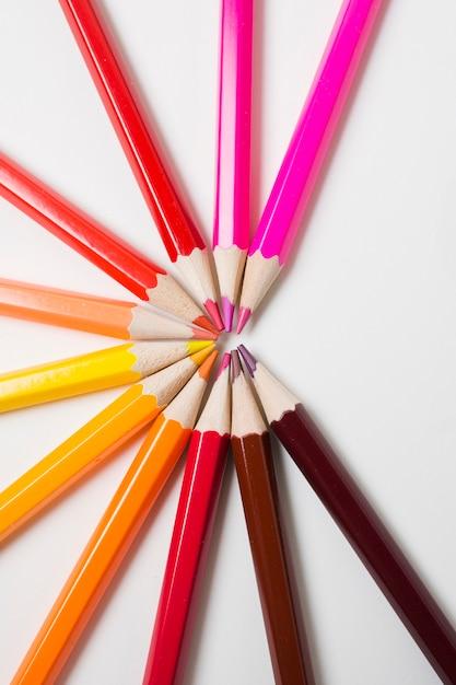 Lápis de cor afiados em fundo branco Foto gratuita