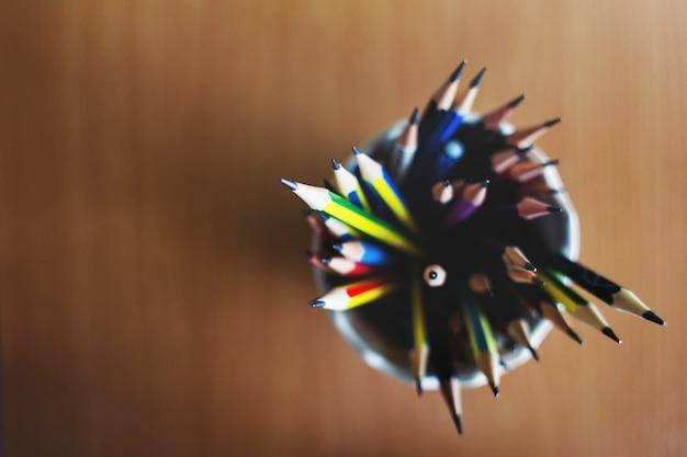 Lápis de cor apontado conceito de papelaria Foto gratuita