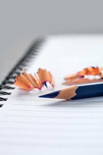 Lápis de cor azul no caderno closeup Foto Premium