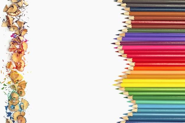 Lápis de cor com aparas de lápis de cor sobre fundo branco Foto Premium