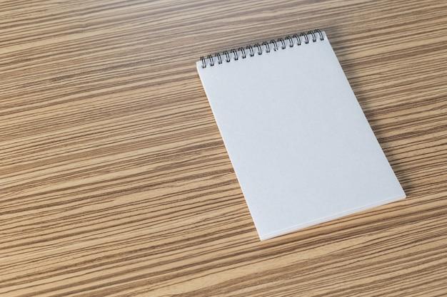 Lápis de cor e caderno em uma tabela Foto Premium