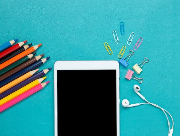 Lápis de cor e tablet digital em azul Foto gratuita