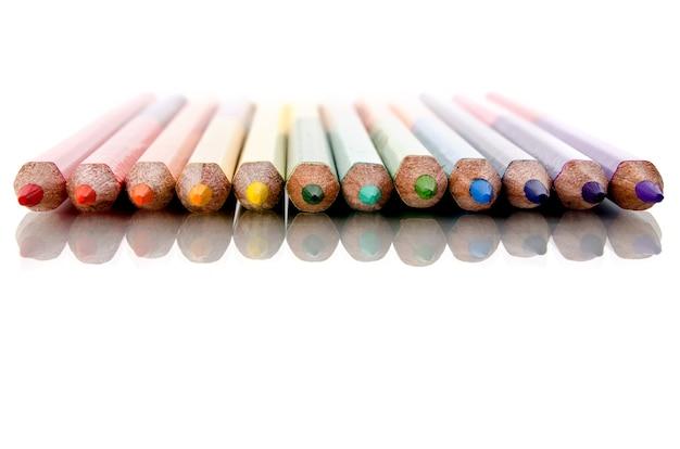 Lápis de cor em fundo branco Foto Premium