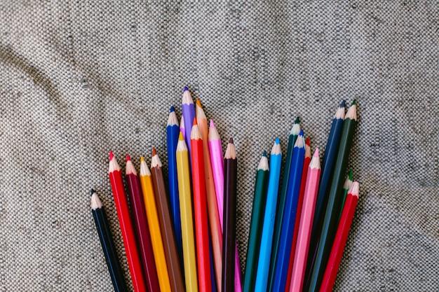 Lápis de cor em fundo cinza Foto Premium