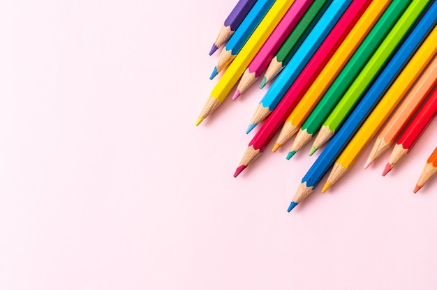 Lápis de cor em fundo rosa com espaço de cópia Foto Premium