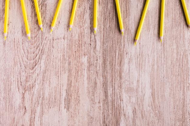 Lápis de cor na mesa de madeira Foto gratuita
