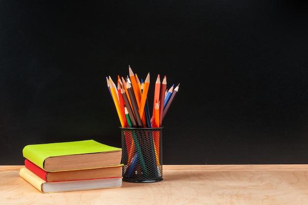Lápis de cor no copo na mesa de madeira Foto Premium