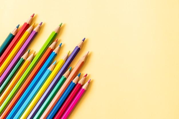 Lápis de cor sobre fundo amarelo com espaço de cópia Foto Premium