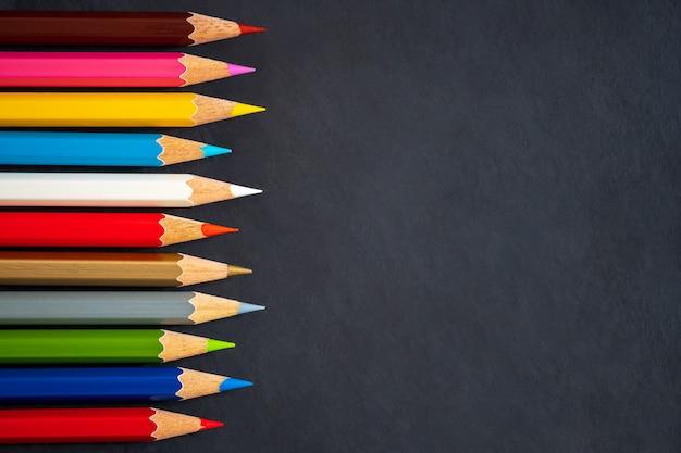 Lápis de cor sobre fundo de quadro de giz Foto Premium