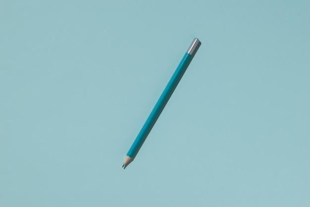 Lápis de grafite azul sobre uma superfície leve Foto Premium