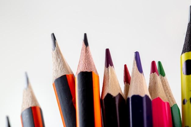 Lápis de grafite colorido e lápis de desenho mais perto vista em branco Foto gratuita