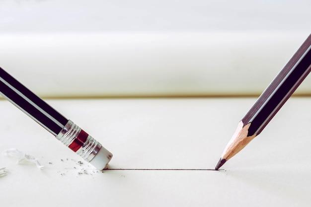 Lápis desenha uma linha reta no papel e eliminador de lápis, removendo a faixa. conceito de quebra de negócios. Foto Premium