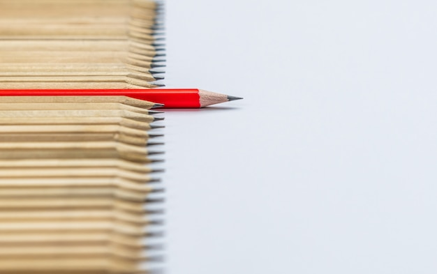 Lápis diferentes destaque conceito de liderança. Foto Premium