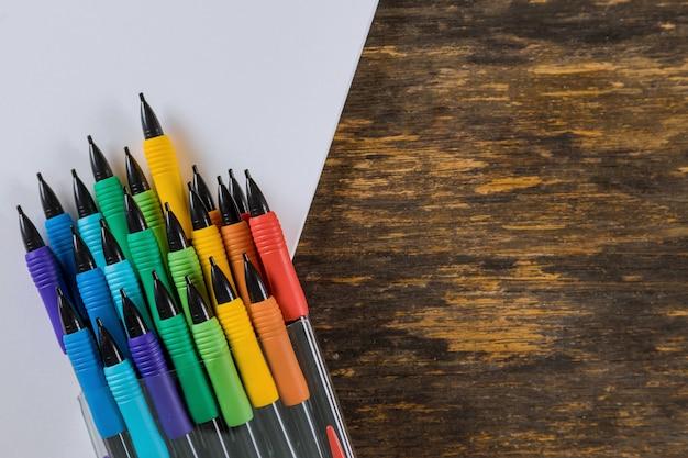 Lápis e almofada de desenho no fundo de madeira. papelaria da escola. Foto Premium