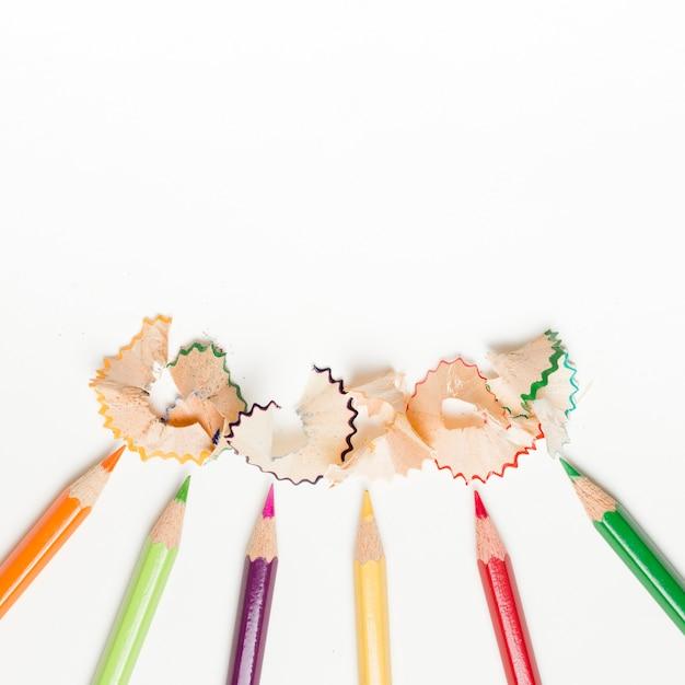 Lápis e aparas de lápis no fundo branco Foto gratuita