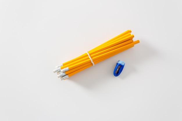 Lápis e apontadores isolados Foto Premium