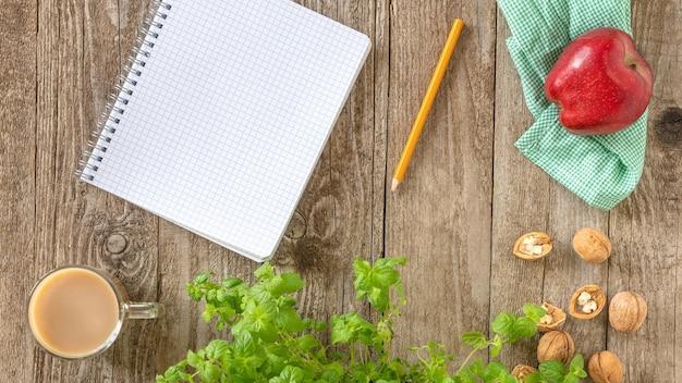 Lápis e caderno em cima da mesa. Foto Premium