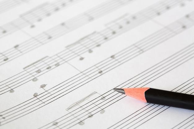 Lápis e folha de música Foto gratuita