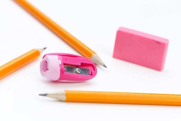 Lápis e lápis sharperner em papel branco Foto Premium
