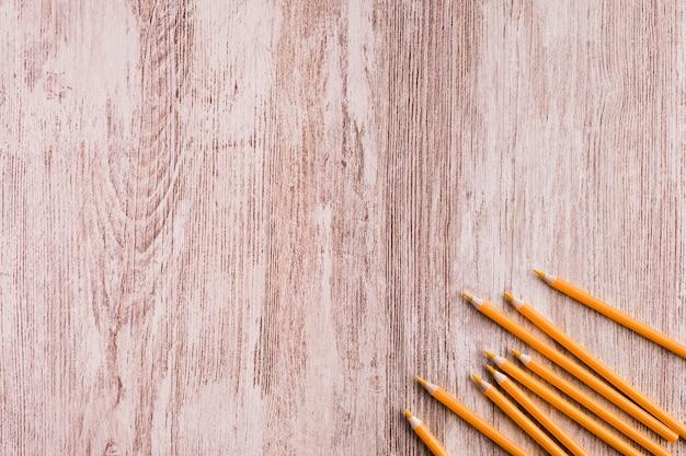 Lápis laranja na superfície de madeira Foto gratuita