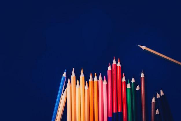 Lápis multicolour isolados no fundo azul. feche várias cores. Foto Premium