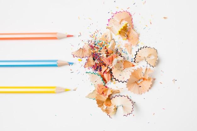 Lápis paralelos e suas lascas Foto gratuita