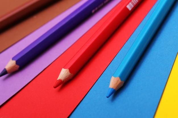 Lápis sobre papel colorido Foto gratuita