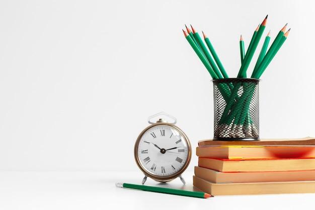 Lápis verdes em um suporte, material escolar Foto Premium